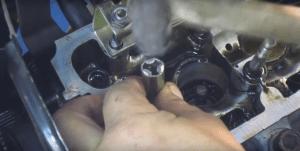 15 zaprisovjyvaem novjye saljniki 300x151 - Замена клапанов на ваз 2114 8 клапанов своими руками